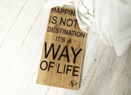 "Drewniana tablica dekoracyjna z cytatem ""Happiness is not a destination its a way of life"""