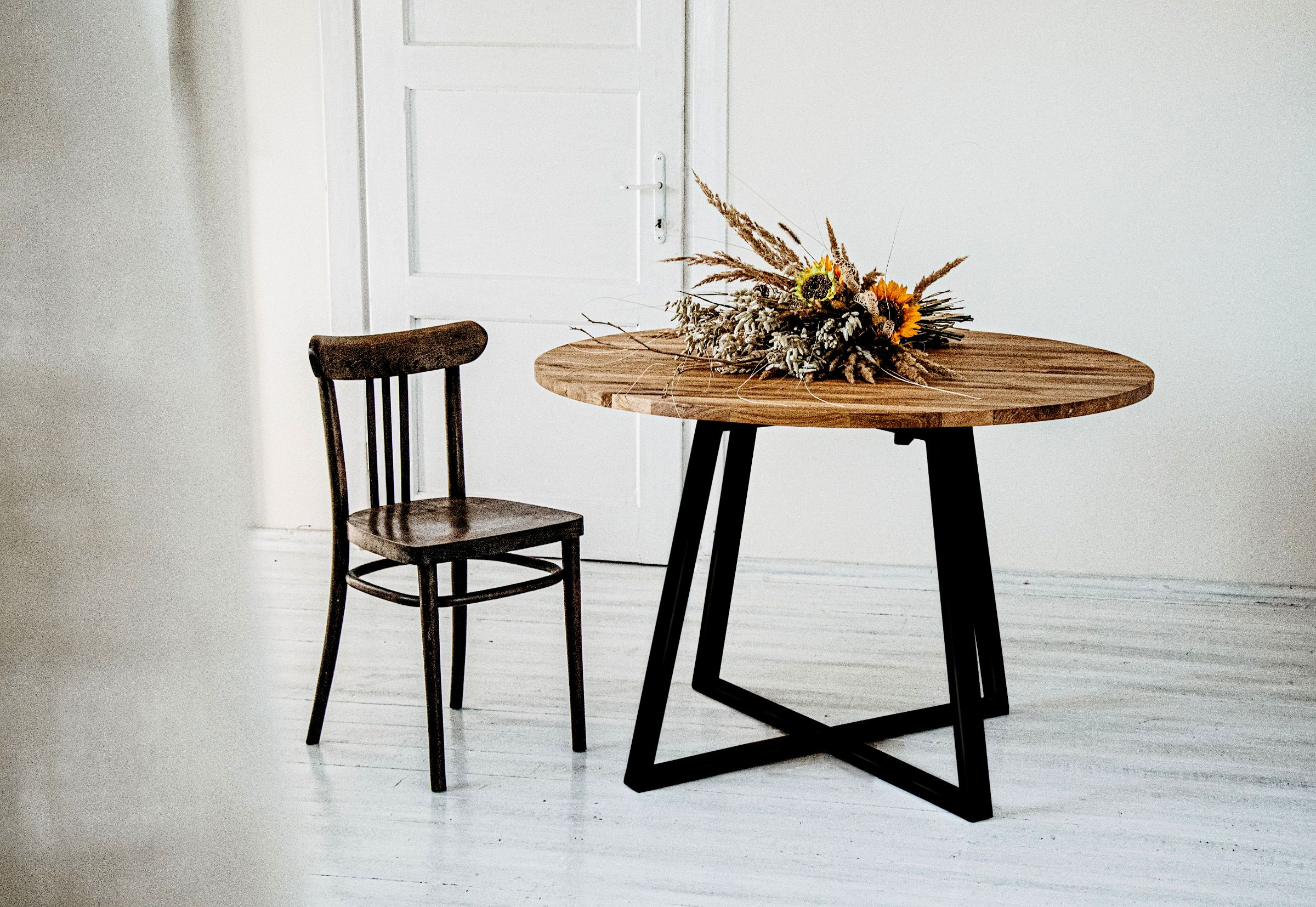 1_Måne Black II Round Table